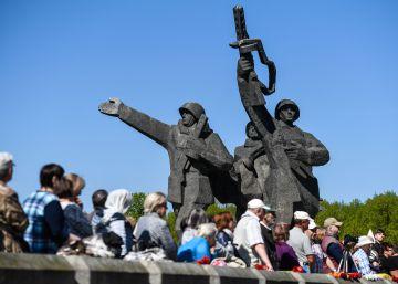 Rusoparlantes de Letonia celebran el 73º aniversario de la victoria soviética sobre los nazis en Riga el 9 de mayo de 2018.
