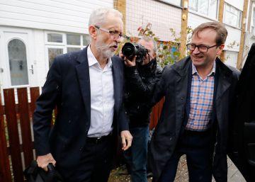 El líder del Partido Laborista, Jeremy Corbyn, a la salida este jueves de su domicilio en Londres