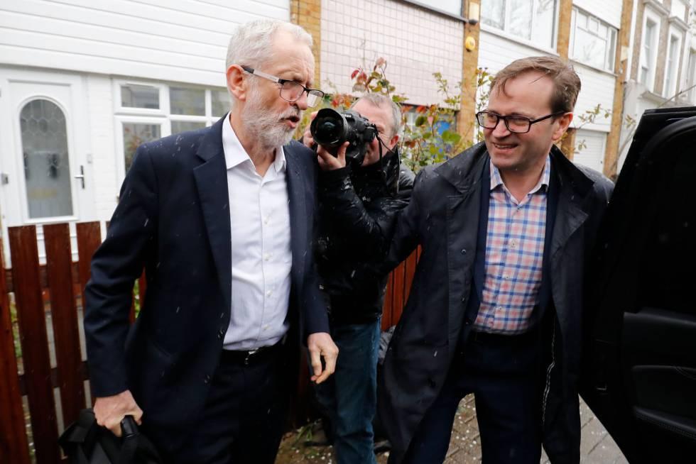 El líder laborista, Jeremy Corbyn, a la salida este jueves de su domicilio en Londres.