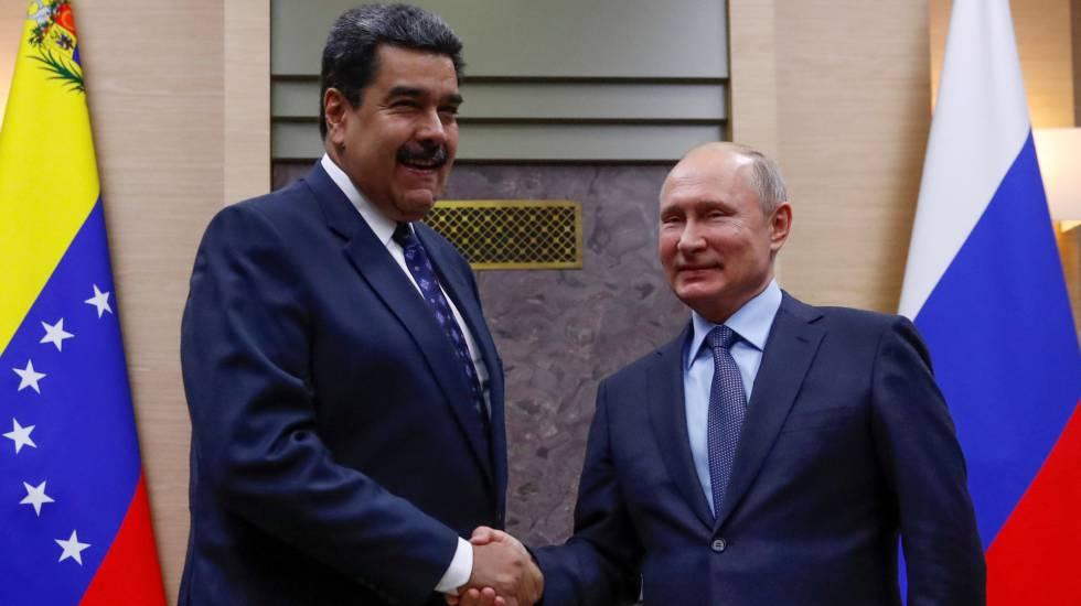 Vladimir Putin (d) saluda a Nicolás Maduro (i) en Moscú el pasado diciembre.