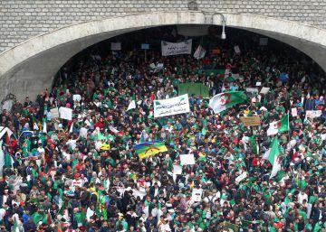 Manifestación contra el Gobierno argelino, este viernes en Argel, tres días después de la dimisión del presidente Abdelaziz Buteflika.rn