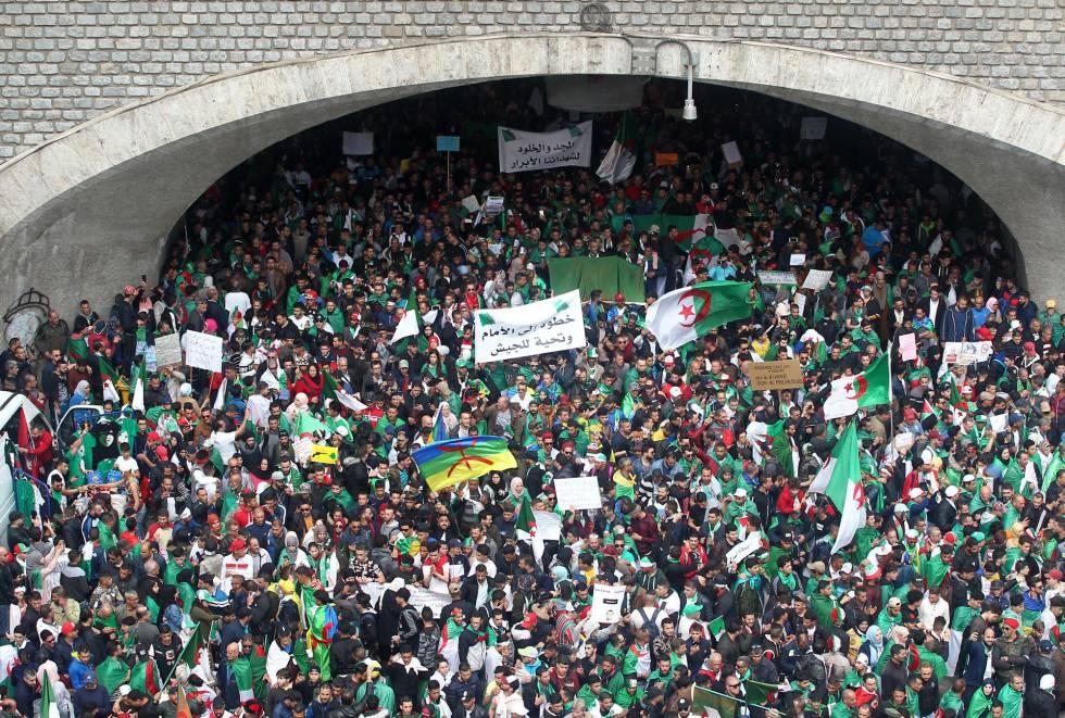Resultado de imagen para Multitudinaria marcha estudiantil en Argel pese a vacaciones