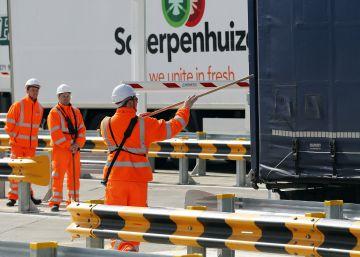 Personal del Eurotúnel controla un camión en el nuevo puesto de Folkestone, en Reino Unido, este viernes.