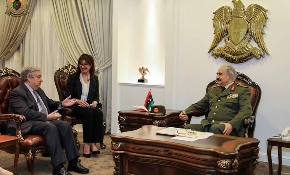 El general Haftar charla con el secretario general de la ONU, António Guterres, en Bengasi, el pasado viernes.