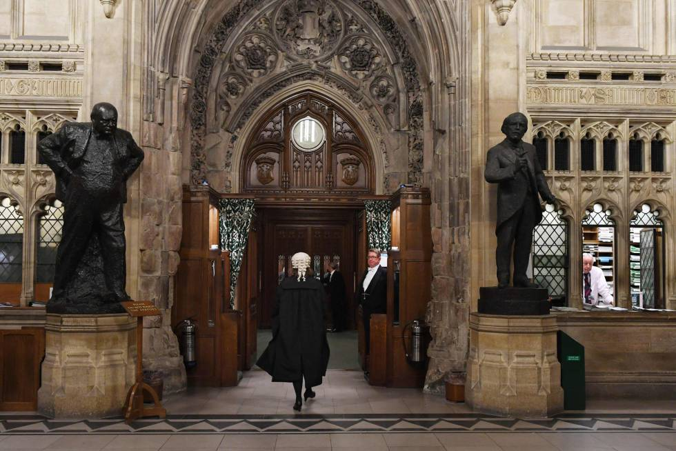 Un letrado del Parlamento británico devuelve este lunes de la Cámara de los Lores a la Cámara de los Comunes la ley que obliga a una prórroga del Brexit.