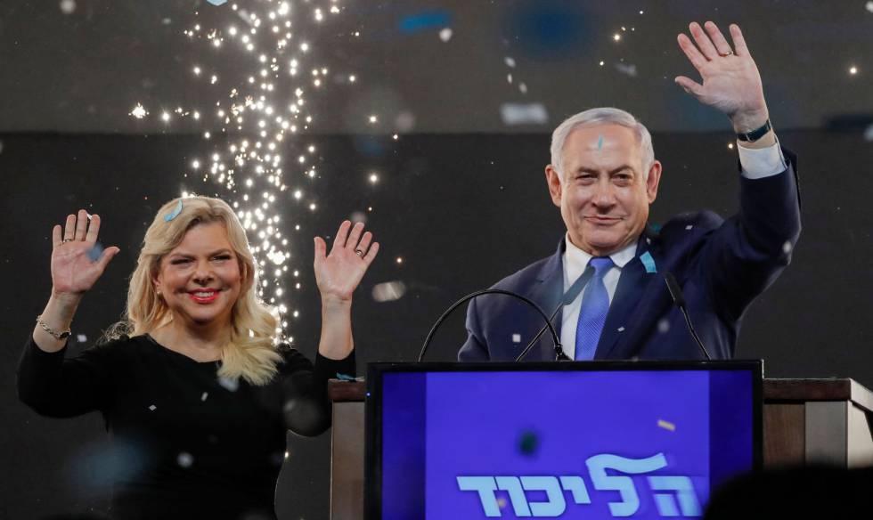 El primer ministro israelí, Benjamín Netanyahu, y su esposa Sara, en la madrugada del miércoles en Tel Aviv.