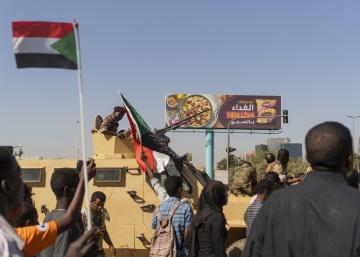 El Ejército de Sudán se despliega en la capital y miles de personas salen a la calle