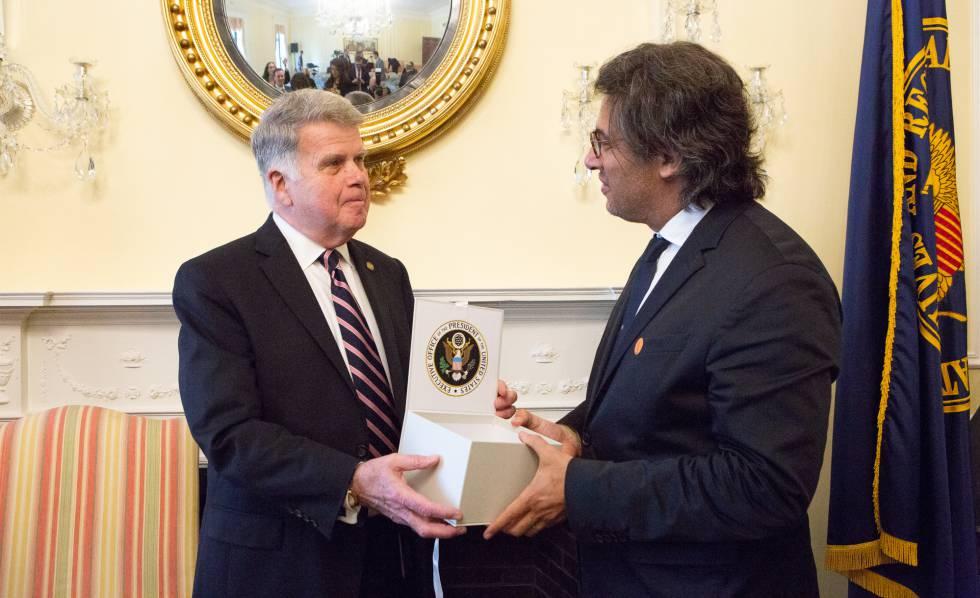 El titular de los Archivos Nacionales de Washington, David Ferreiro, entrega la caja con archivos digitales desclasificados al ministro argentino de Justicia, Germán Garavano, durante un acto realizado en Washington.
