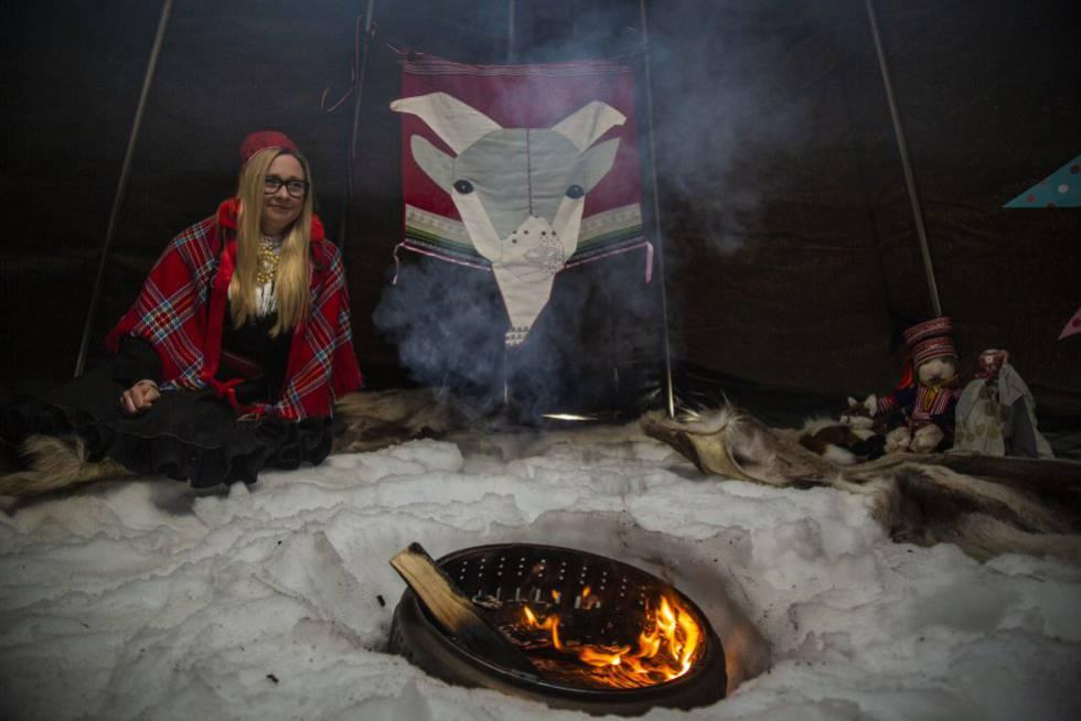 Katariina Guttorm, de la comunidad sami de Laponia (Finlandia), en una reconstrucción de una casa tradicional en Inari el 11 de abril de 2019.