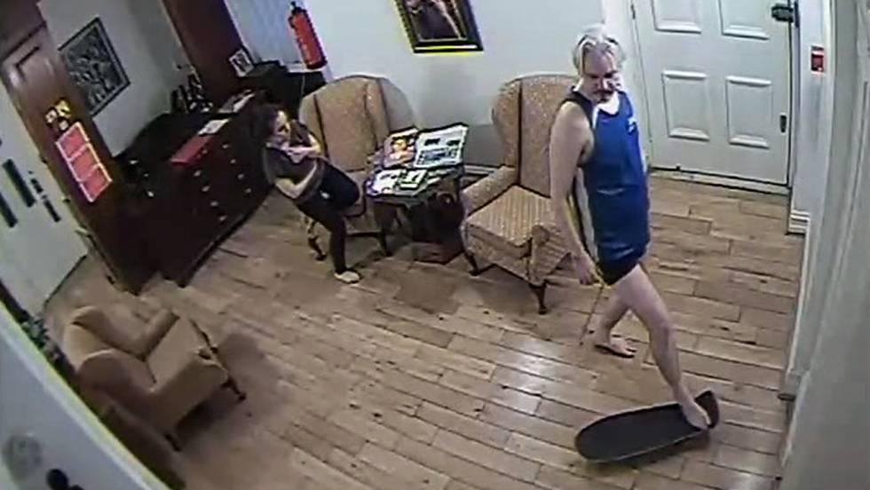 Captura de um vídeo de Julian Assange, com um skate, e sua colaboradora Stella Morris na embaixada equatoriana em Londres. O vídeo mostra vários momentos de sua permanência na missão diplomática.