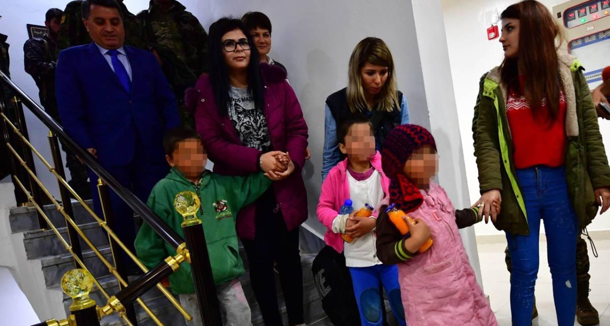 Funcionarios kurdos en Siria acompañan a tres huérfanos rusos del ISIS.
