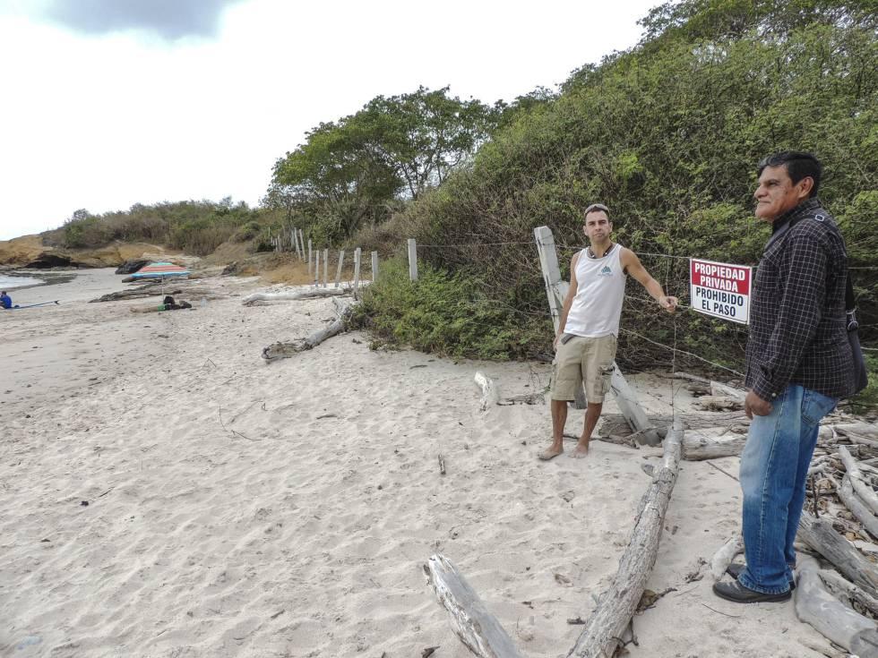Dos activistas en playa La Lancha (Nayarit).