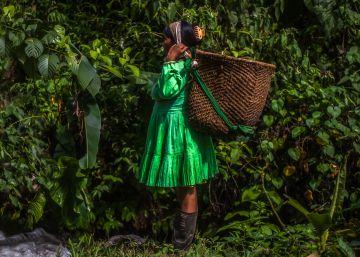 Una mujer del pueblo emberá carga un cesto para cruzar el río San Juan.