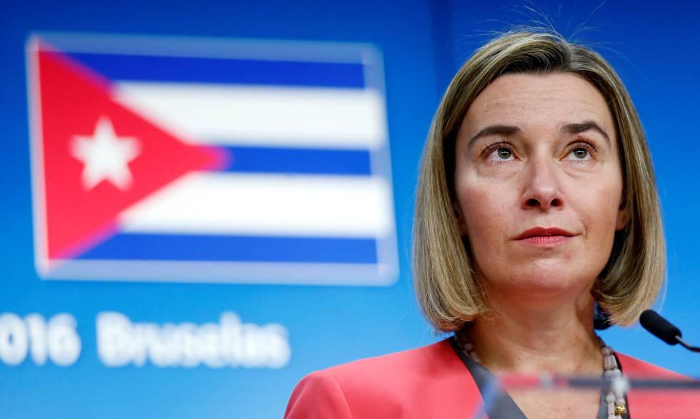 Federica Mogherini em entrevista coletiva com o ministro das Relações Exteriores de Cuba, Bruno Rodríguez, em Bruxelas, em 2016.