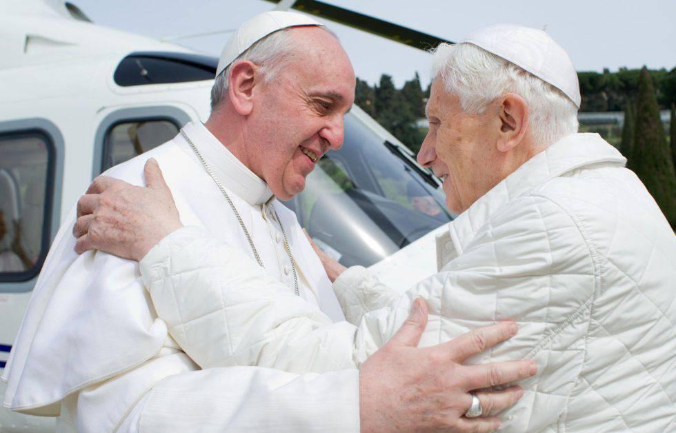 Bento XVI junto ao papa Francisco em 2013.