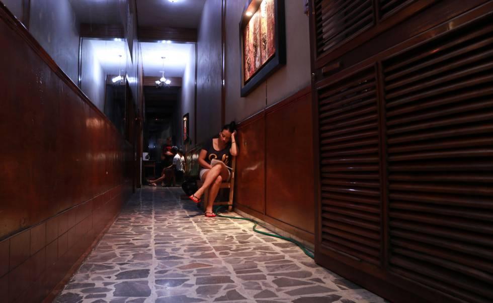 Una joven cubana espera en el pasillo de un hotel en Tapachula.