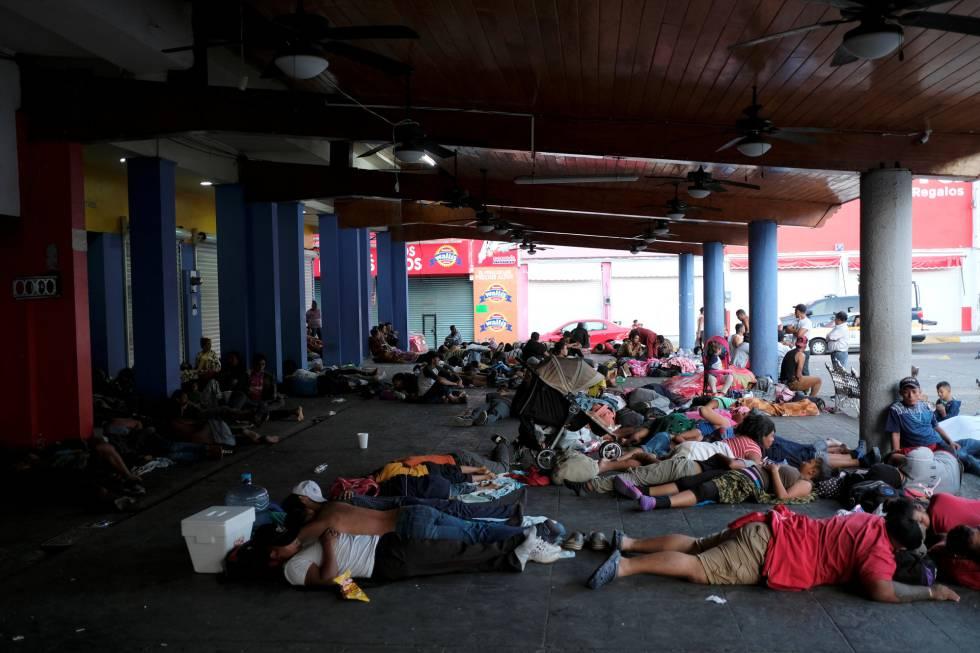 Cientos de migrantes durmiendo en el parque central de Tapachula.