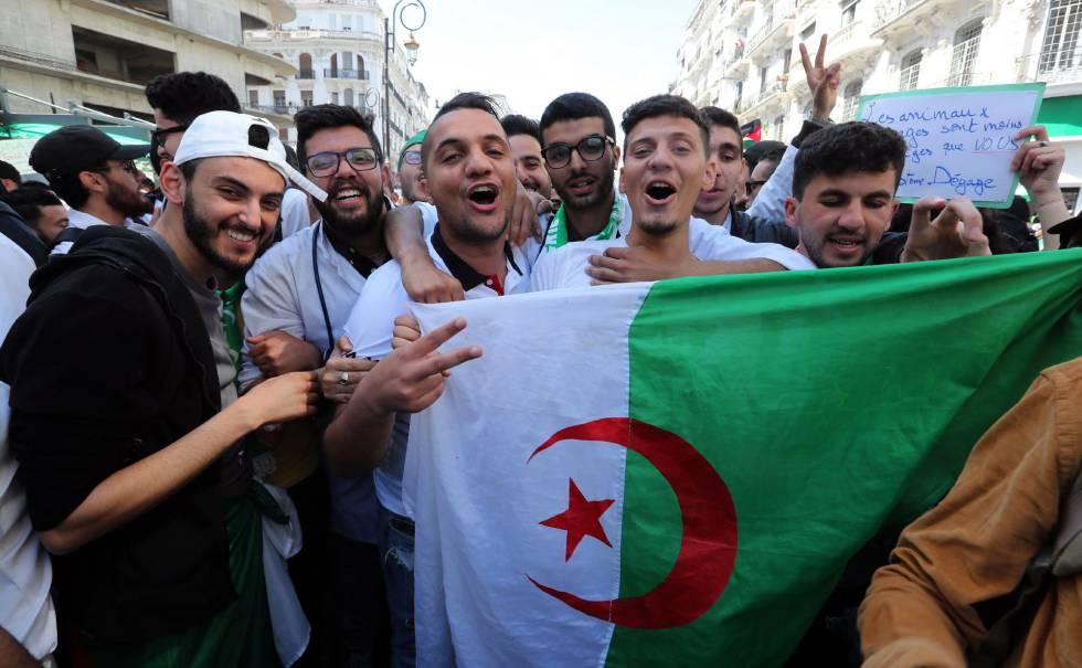 Manifestantes argelinos, el pasado martes en Argel.