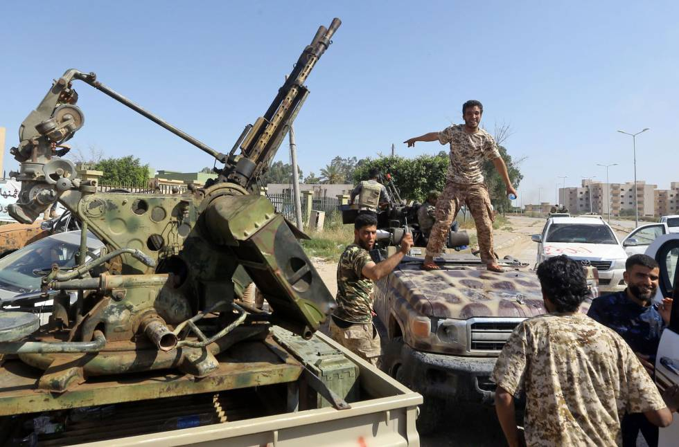 Tropas leales al Gobierno de Trípoli, este jueves 40 kilómetros al sur de la capital.