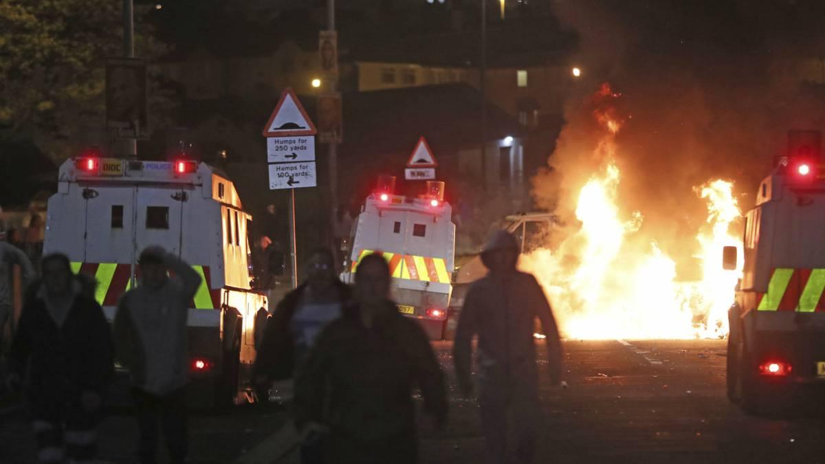 Varias personas, en los disturbios de este jueves en Londonderry (Irlanda del Norte).