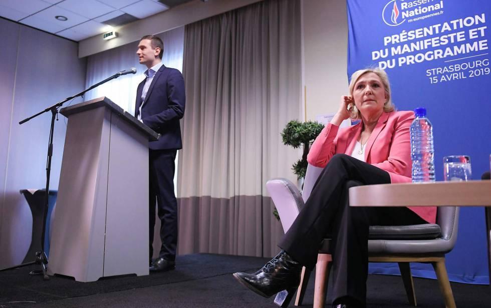 Marine Le Pen y el candidato al Parlamento Europeo Jordan Bardella, en la presentación del programa de RN, el 15 de abril.