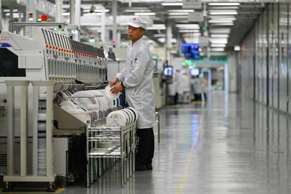 894a4c564 Um trabalhador na linha de produção de celulares da fábrica da Huawei em  Dongguan, em