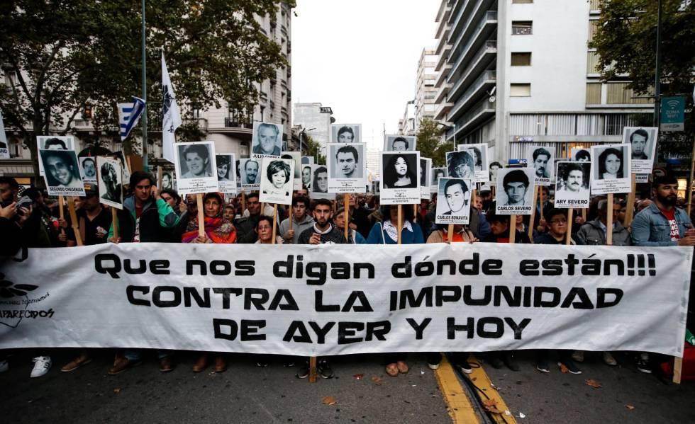 Centenas de pessoas marcham em Montevidéu no dia 11, em protesto contra a impunidade de ex-repressores da ditadura.