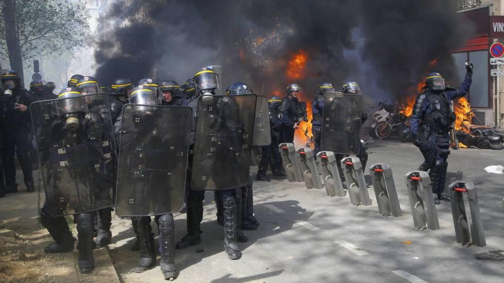 Los 'chalecos amarillos' desafían al Gobierno francés con nuevos disturbios