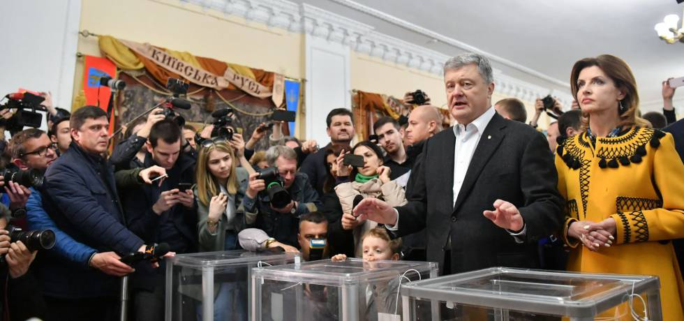 Poroshenko y su esposa, Yelena, tras depositar su voto en Kiev, este domingo.
