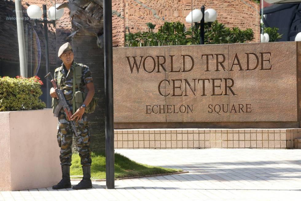 Un miembro de las fuerzas de seguridad de Sri Lanka hace guardia en el centro de negocios de Colombo.