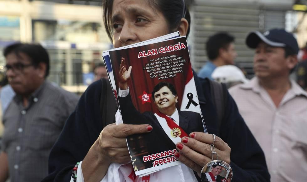 Una mujer con una imagen del expresidente peruano Alan Gracía.