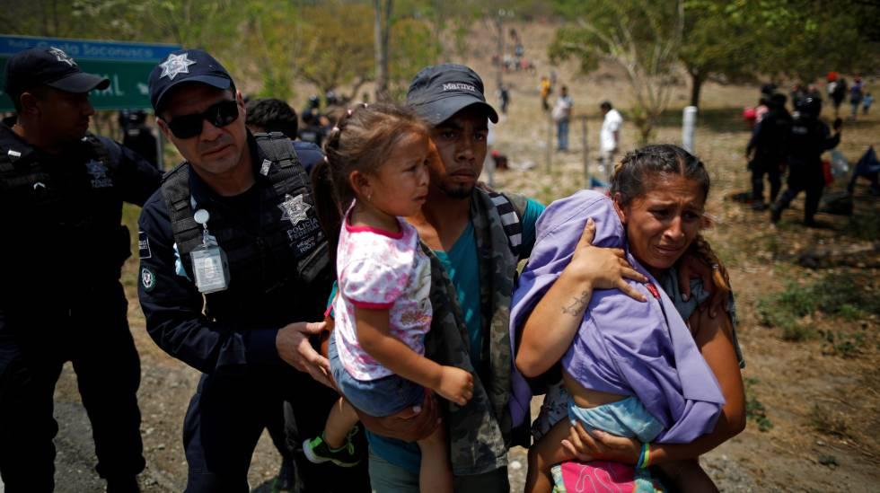 Agentes de policía detienen a un grupo de migrantes, este lunes en el sur de México.