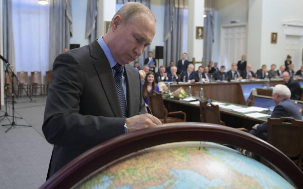Putin estampa su firma en un globo terráqueo el pasado martes en Moscú.