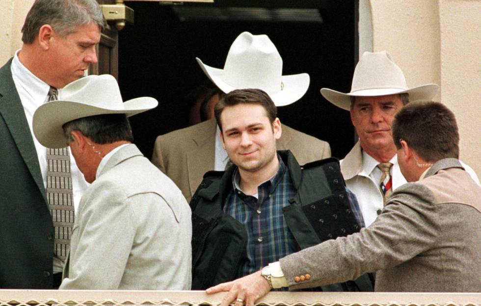 John William King, centro, tras ser condenado a muerte en 1999.