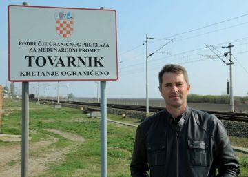 En la foto, Dubravko Blaskovic, presidente del Consejo de la Región de Vukovar, junto a un cartel de acceso a Tovarnik, a escasos metros de la frontera con Serbia.