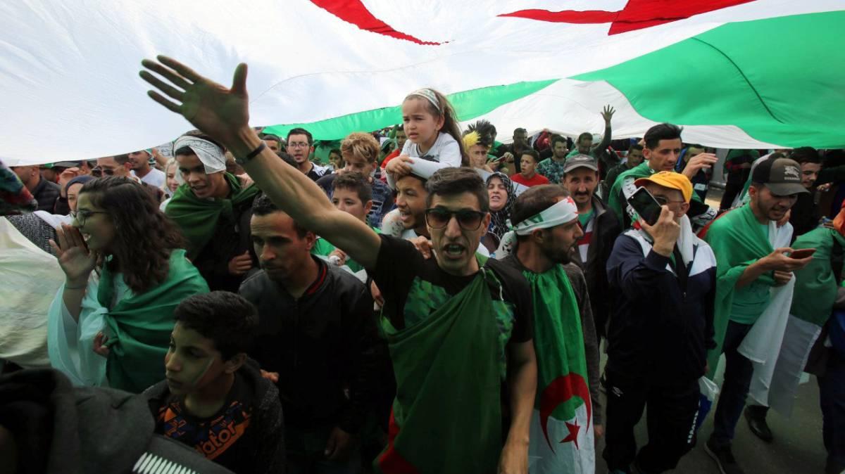 Manifestantes protestan el pasado viernes contra el Gobierno en Argel.