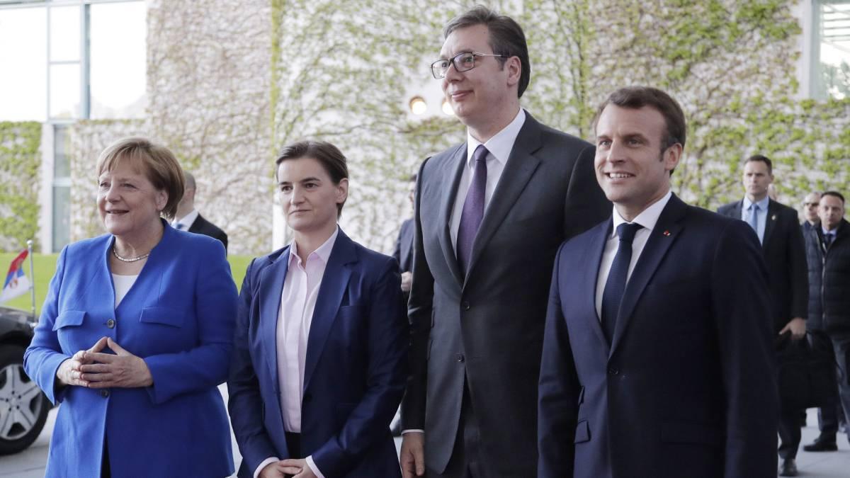 La canciller alemana, Angela Merkel y el presidente francés, Emmanuel Macron, reciben al presidente serbio, Aleksandar Vucic, en la cancillería en Berlín el lunes.