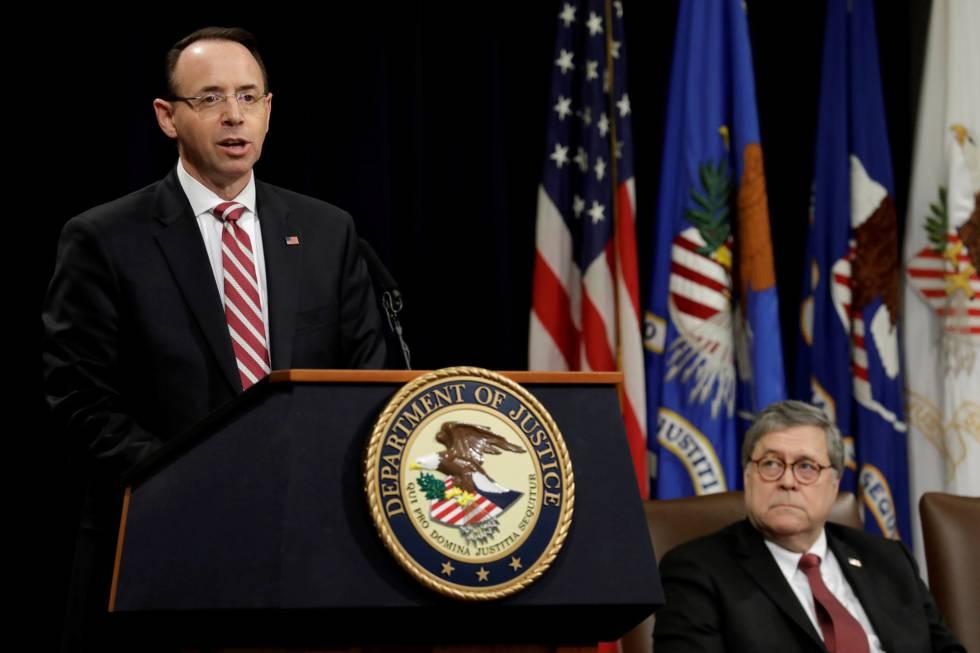Rod Rosenstein, de pie, junto al fiscal general, William Barr, en un acto público el pasado febrero en Washington.