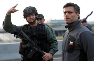 El opositor Leopoldo López, este martes en las inmediaciones de la base de La Carlota.