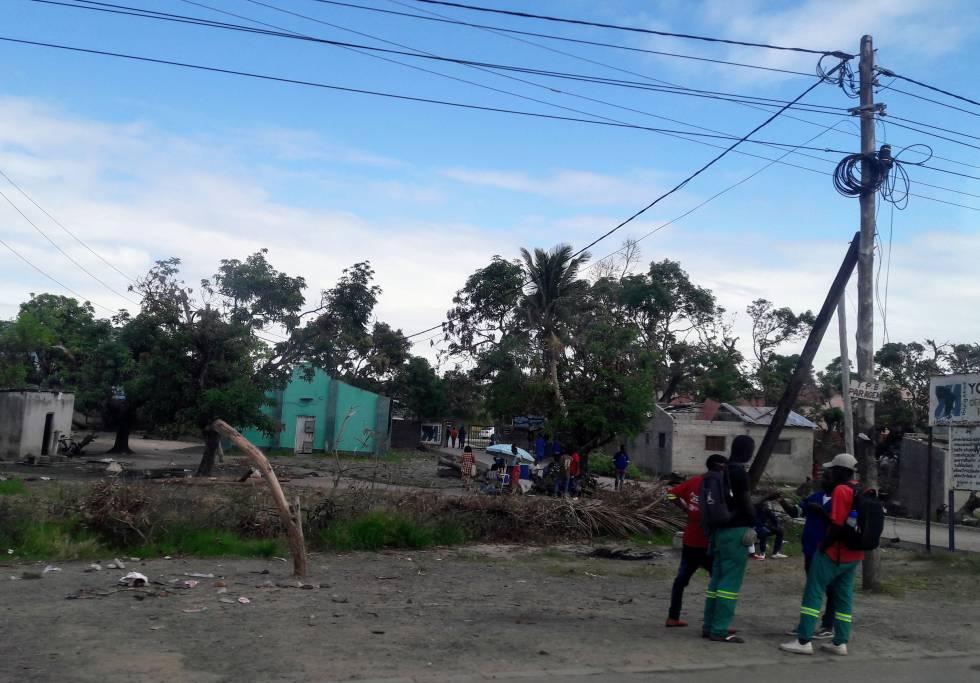 Casas con techos arrancados junto a la carretera entre Beira y Dondo.