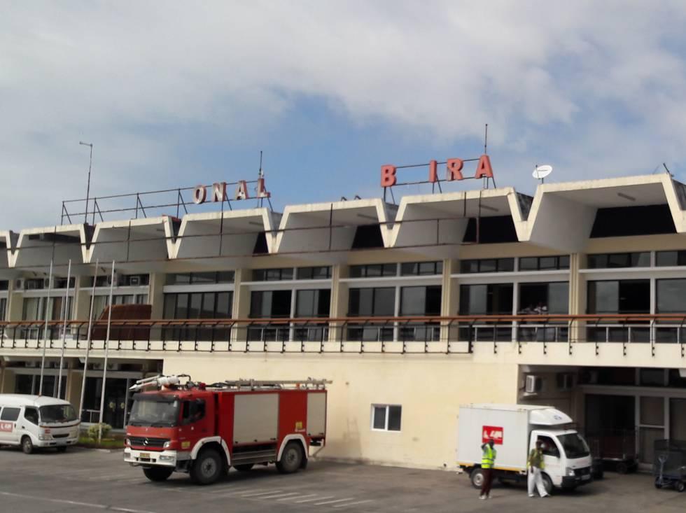 Fachada del Aeropuerto Internacional de Beira con letras arrancadas por el ciclón.