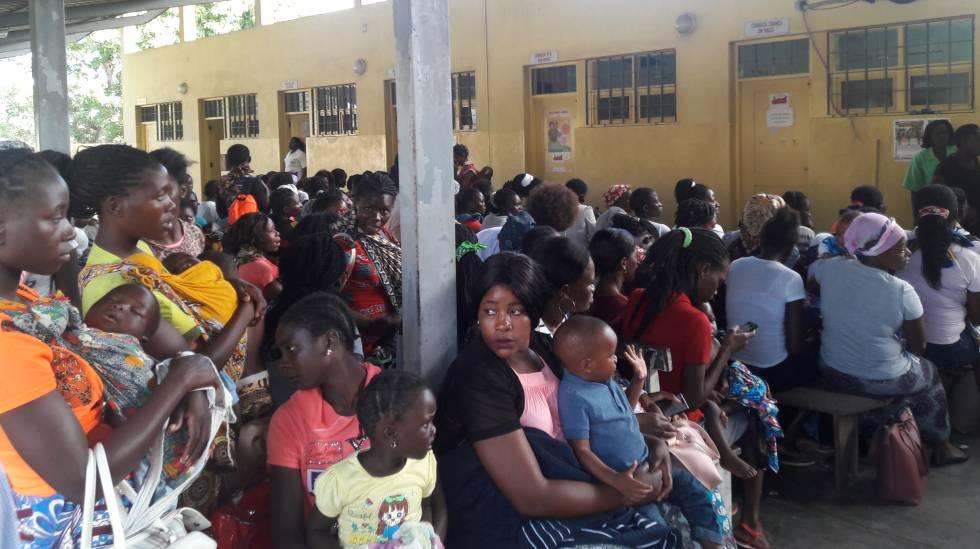Sala de espera en el Centro de Saúde de Manhiça, que lidera los ensayos contra la malaria.