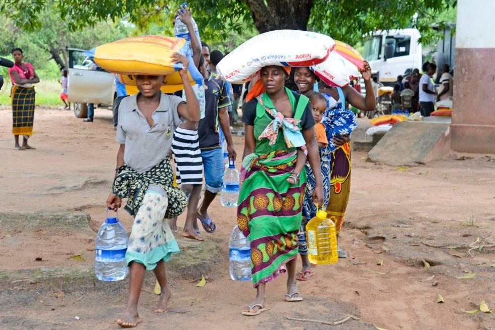 Varias personas recogen ayuda humanitaria tras el paso del ciclón en Beira (Mozambique).