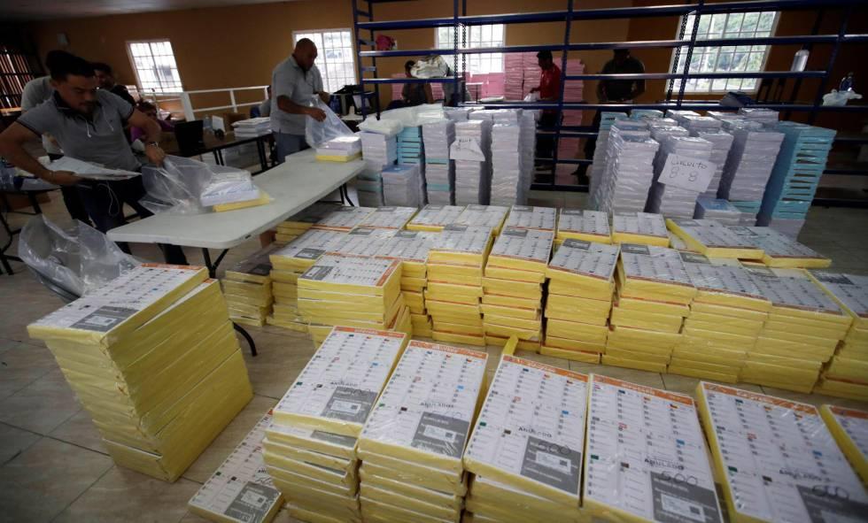 Bloques de papeletas preparadas para las elecciones panameñas del domingo.