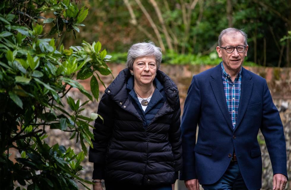 Theresa May y su marido Philip salen del servicio dominical en su parroquia en Sonning.