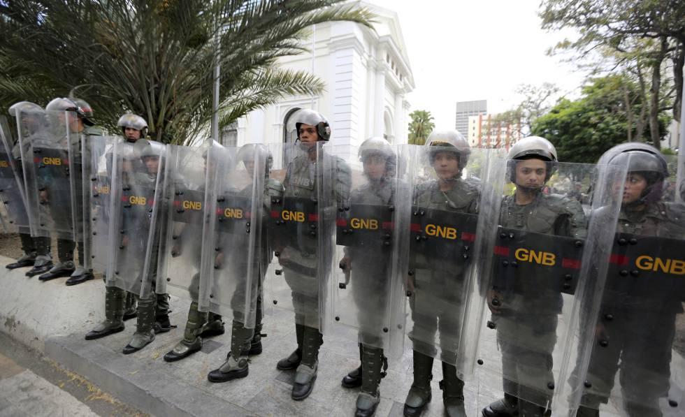 Guardia Nacional Bolivariana bloquea el ingreso a la Asamblea Nacional.