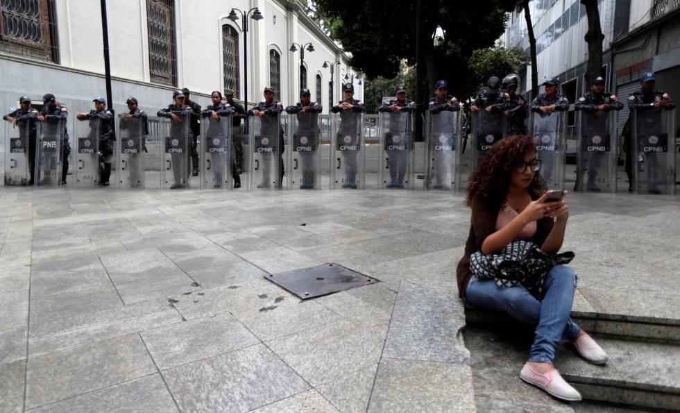 Agentes custodian la Asamblea Nacional de Venezuela, este martes.