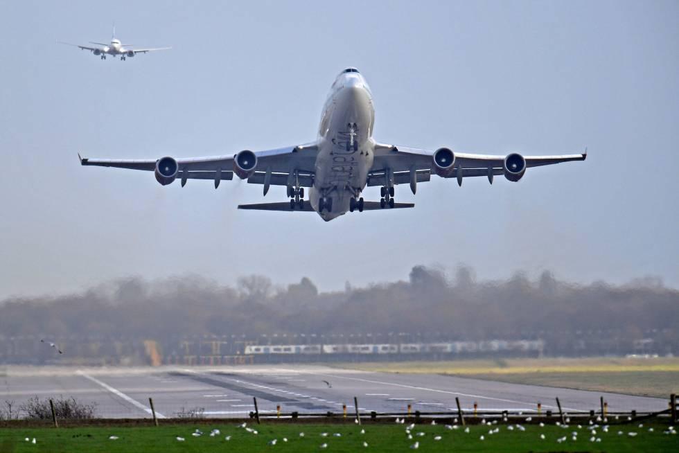 Un avión despegando, en una imagen de archivo.