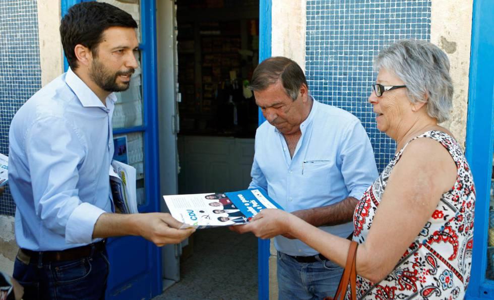 João Ferreira, cabeça de lista da CDU (Coalizão do PC e Os Verdes), distribui seu programa eleitoral em Montijo.