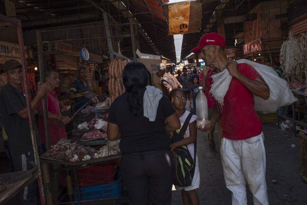 Las altas temperaturas y la falta refrigeración obligan a los comerciantes del mercado de Las Pulgas a vender carne en mal estado.